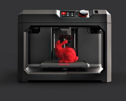 3D принтер с пластиковым зайцем